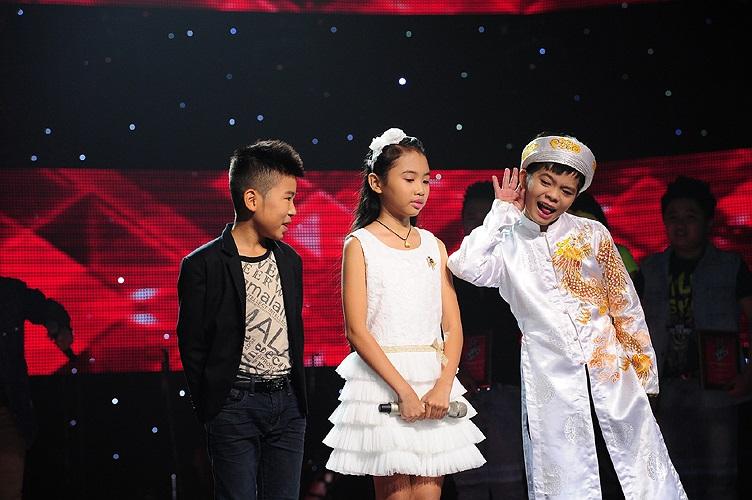 Trong khi khán giả hồi hộp chờ đợi kết quả ai sẽ chiến thắng Giọng hát Việt nhí, Quang Anh (bìa phải) vẫn hồn nhiên vui đùa.