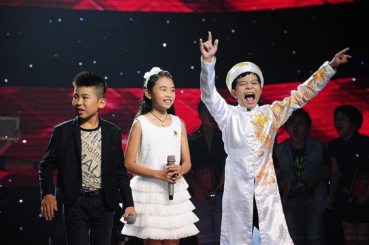 Cậu bé bất ngờ khi MC Trấn Thành xướng tên l2 người chiến thắng The Voice Kids - Giọng hát Việt nhí mùa đầu tiên.