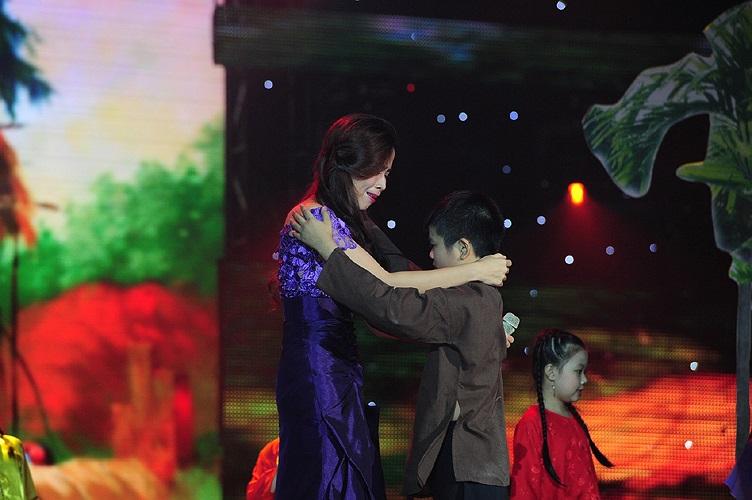 Cậu bé Quang Anh cũng bày tỏ nỗi niềm nhớ mẹ và xúc động khi mẹ trở về nhà.