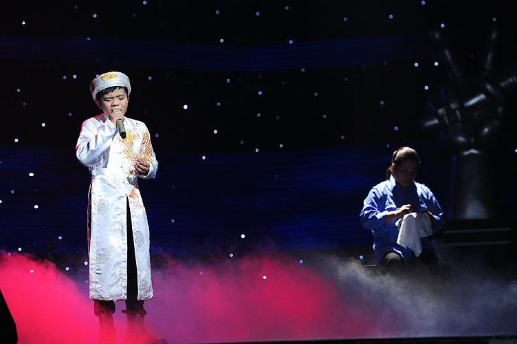 Trong phần thể hiện ca khúc Đá trông chồng một cách xuất sắc, Quang Anh cũng được mẹ phụ họa trong tiết mục này.