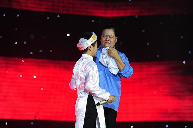 Mẹ Quang Anh không ngại diện trang phục công nhân vệ sinh - nghề mà bà bươn chải để nuôi 3 anh em Quang Anh khôn lớn - lên sân khấu.