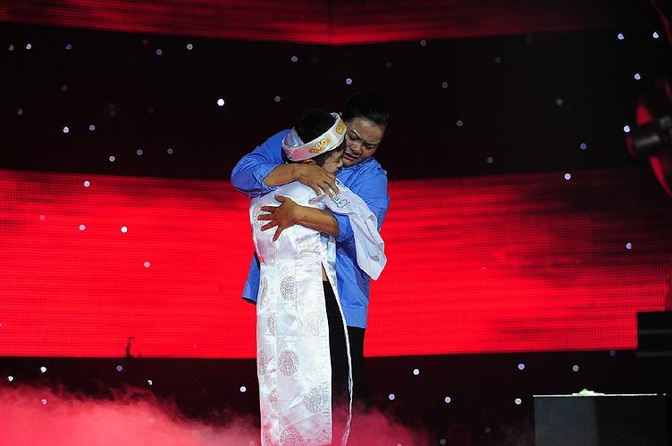 Tặng con trai chiếc khăn có dòng chữ Mẹ yêu con, mẹ Quang Anh xúc động ôm chầm lấy con trai.