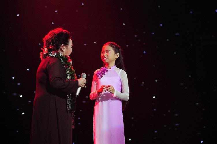 Khoảnh khắc đẹp của Phương Mỹ Chi khi tặng hoa NSND Ngọc Giàu và tiếp nối thế hệ trước hát ca khúc Đêm Gành Hào nhớ điệu hoài lang đầy cảm xúc.