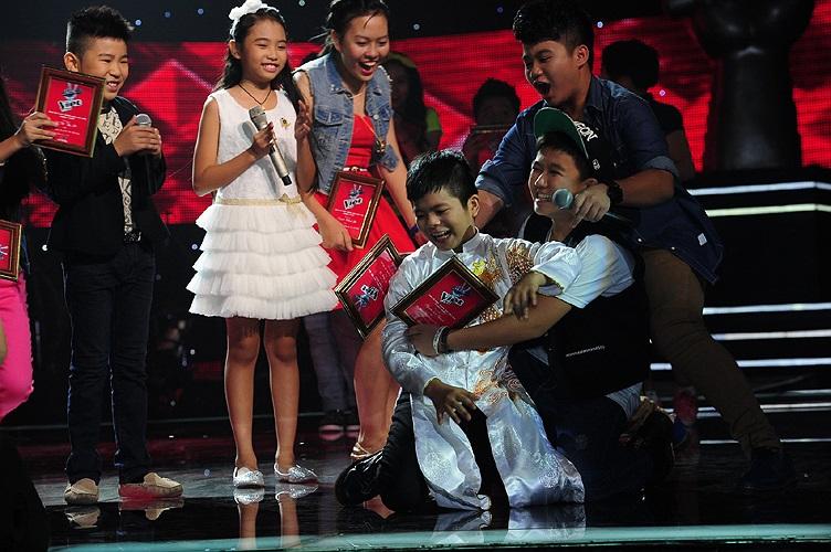 Những bạn bè của Quang Anh cũng vui mừng chia sẻ niềm vui cùng cậu bé một cách hồn nhiên, thoải mái.