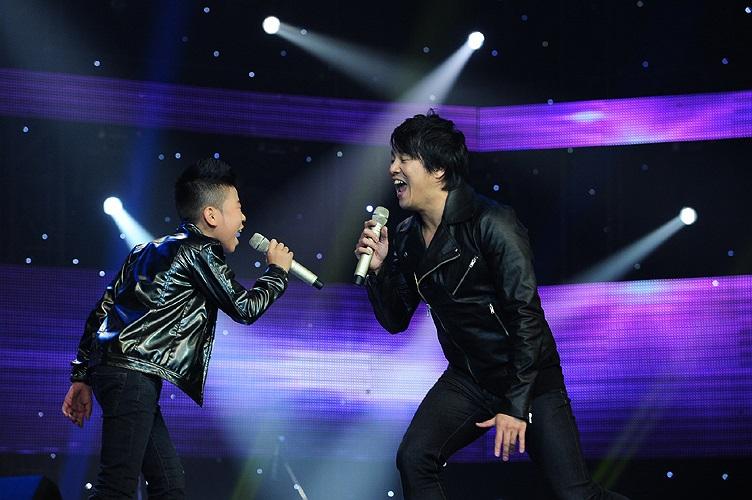 Ngọc Duy và HLV Thanh Bùi kết hợp thể hiện liên khúc Tìm về dấu yêu - Baby - Đường về xa xôi rất ăn ý như những người bạn diễn thực thụ trên sân khấu.