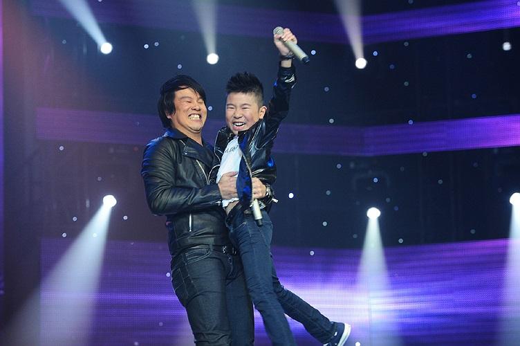 HLV Thanh Bùi đã bế bổng cậu học trò nhỏ tinh nghịch lên sau phần trình diễn thăng hoa trên sân khấu. Ảnh: Lý Võ Phú Hưng