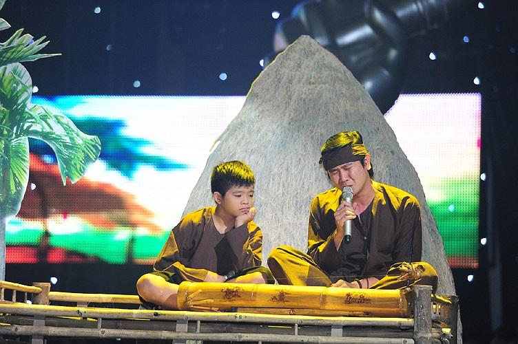 Trong đêm thi, Quang Anh cũng có những tiết mục xúc động, lấy nước mắt thương cảm của khán giả. Đây là cảnh Quang Anh vào vai con của Hồ Hoài Anh và Lưu Hương Giang trong ca khúc Quê nhà của nhạc sỹ Trần Tiến.