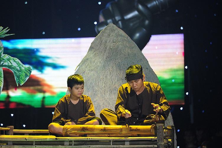 Trong tiết mục này, HLV Hồ Hoài Anh cũng xúc động khi hát và thể hiện khả năng chơi đàn bầu.