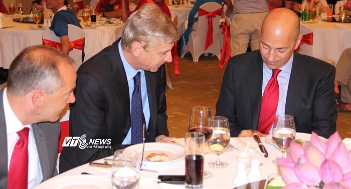 Chơi đàn này thế nào? HLV Arsene Wenger quay sang hỏi Giám đốc điều hành Ivan Gazidis