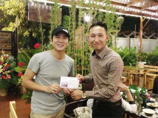 Theo thông tin từ facebook cá nhân của Nghiêm Xuân Tú thì đây là một buổi khai trương nhà hàng có tên là Gỗ. Ngôi sao 'phủi' là khách mời của Hồ Hoài Anh.