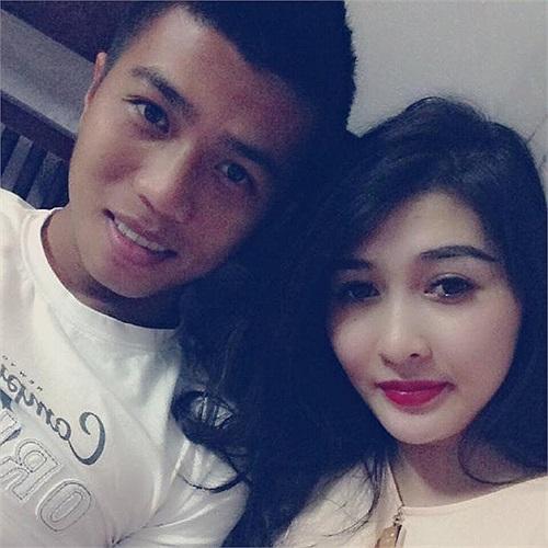 Tiền vệ Lê Duy Thanh của HAGL khoe ảnh hạnh phúc bên vợ sắp cưới Bảo Trâm. Cặp đôi này sẽ lên xe hoa vào tháng 12 tới.