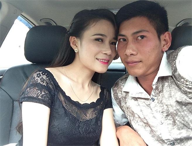 Trong khi đó người đồng đội của Lê Duy Thanh là thủ thành Tuấn Mạnh cũng tạo dáng 'xì tin' bên bạn gái.