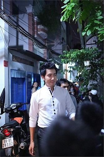 Ca sỹ Nguyễn Phi Hùng cũng có mặt để chia buồn cùng gia đình Wanbi Tuấn Anh.