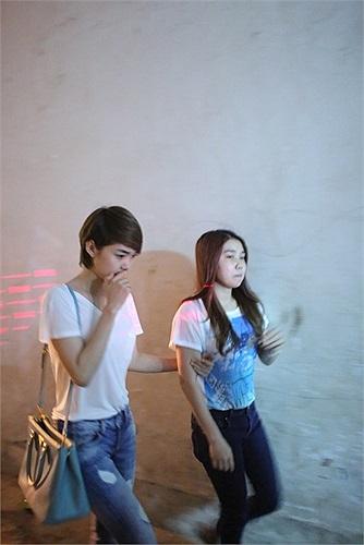 Minh Hằng là người bạn thân lúc Wanbi còn, cô liên tục qua nhà nam ca sỹ để thăm hỏi gia đình.