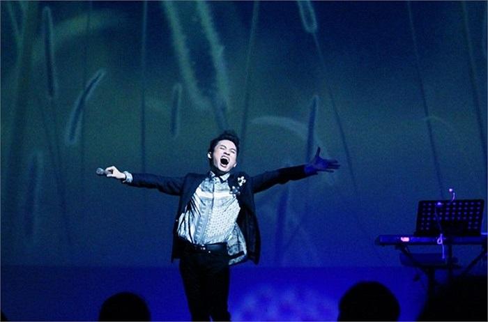 Tùng Dương phiêu trên sân khấu.