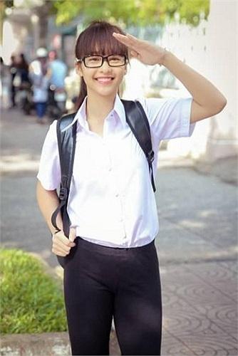 Khả Ngân tinh khôi đồng phục đến trường đầu năm học mới.