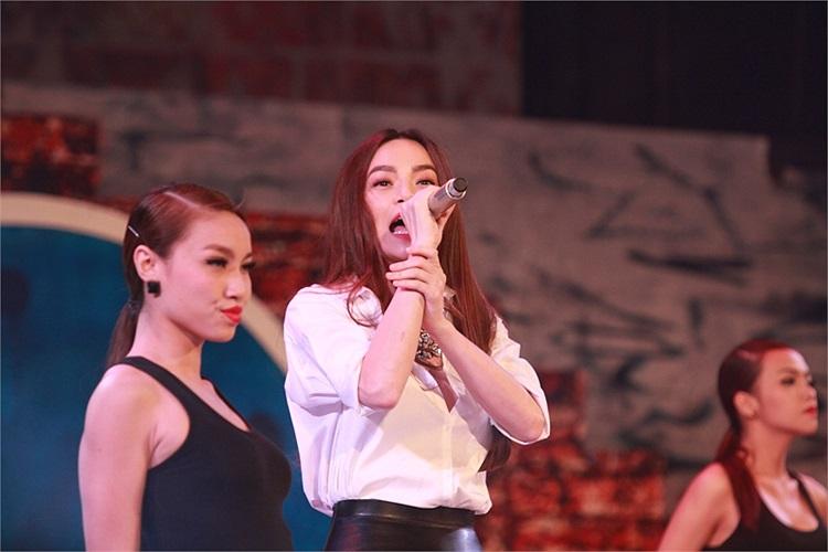 Người đẹp hát và biểu diễn vũ đạo cực sung sức trên sân khấu.