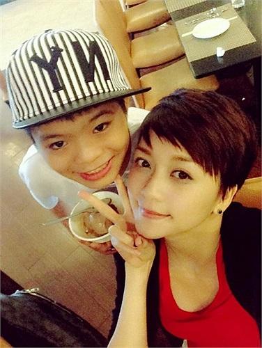 Thiều Bảo Trang nhí nhảnh bên thí sinh The Voice Kids.