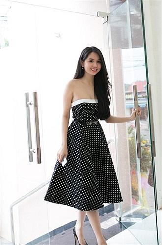 Ngọc Trinh diện váy chấm bi ngọt ngào khi đến cửa hàng làm bà chủ.