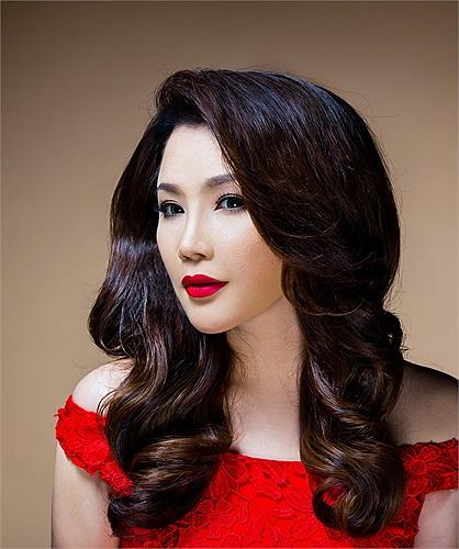 Da trắng, môi đỏ, khuôn mặt chữ V thời thượng, Hồ Quỳnh Hương thu hút mọi ánh nhìn.