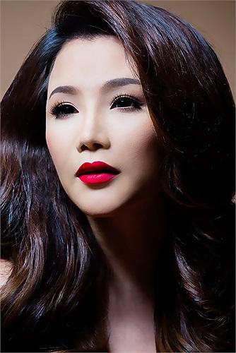 Hình ảnh mới nhất của Hồ Quỳnh Hương khiến mọi người choáng váng bởi sự thay đổi toàn diện trên khuôn mặt theo mốt thời thượng: mặt dài với cằm chữ V.