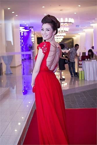 Khánh My là một trong những gương mặt chữ V quyến rũ nhất hiện nay ở showbiz Việt.