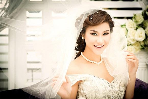 Kim Dung trông gầy gò với gương mặt chữ V.