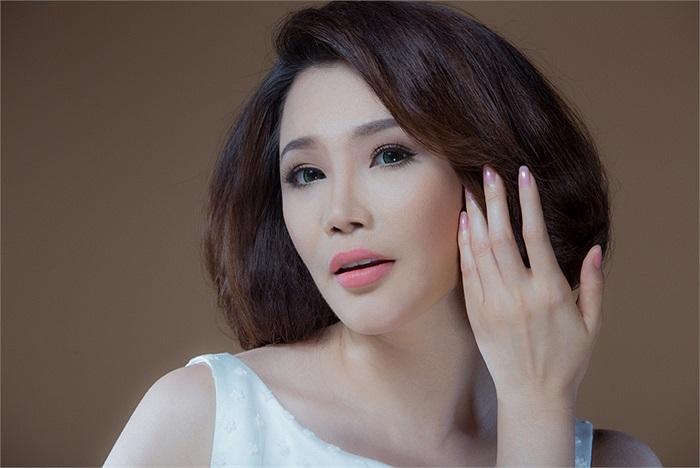 Bộ ảnh của Hồ Quỳnh Hương có sự trợ giúp của chuyên gia trang điểm Hồ Khanh và trang phục của nhà thiết kế Công Trí. Nhiếp ảnh là Alex Cui.