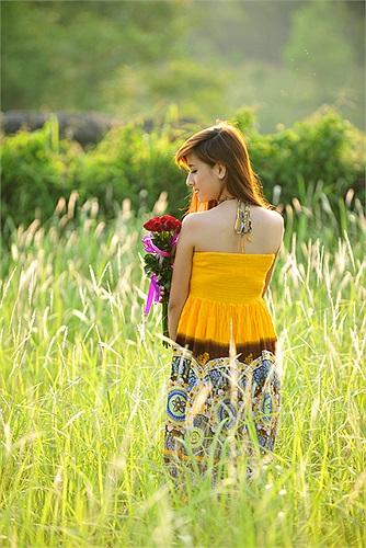 Khoe vai trần gợi cảm giữa cánh đồng lau bạt ngàn