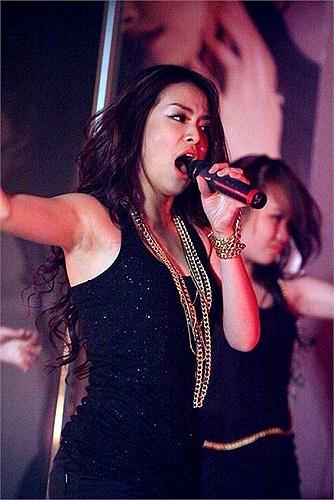 Nổi bật nhất là Hoàng Thùy Linh, cô ca sỹ Nhịp đập giấc mơ sau khi trở lại với âm nhạc, đã theo đuổi hình ảnh gợi cảm trên sân khấu.
