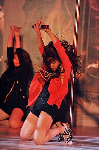 Tuy nhiên Angela Phương Trinh lại gây chú ý vì phong cách ăn mặc quá hở hang chứ không phải vì khả năng múa cột.
