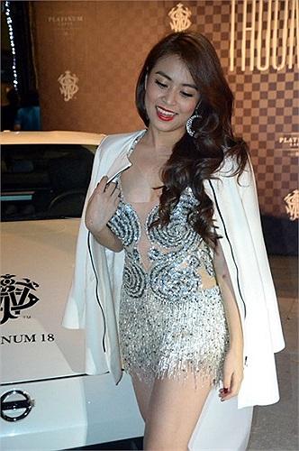 Hoàng Thùy Linh không lên tiếng khẳng định đây là xe của mình, nhiều nguồn tin cho rằng đây là chiếc xe của bạn trai cô.