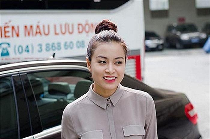 Được biết Hoàng Thùy Linh còn sở hữu một chiếc Mercedes màu đen.