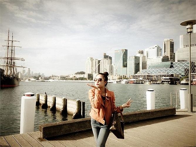 Hoàng Thùy Linh xinh đẹp tạo dáng.