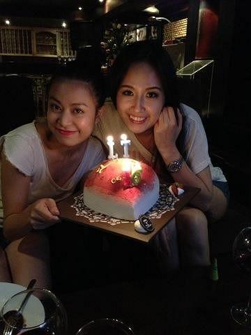 Hoàng Thùy Linh và Mai Phương Thúy bên chiếc bánh gato xinh xắn hình quả dâu tây.