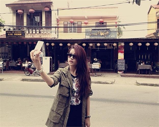 Chi Pu tranh thủ tự chụp ảnh ngay ngoài đường.