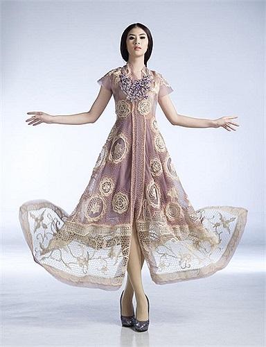 Ngọc Hân khoe những mẫu thiết kế trong BST cô  sẽ mang sang trình diễn tại tuần lễ văn hoá vào tháng 9 tại Chambord -Pháp