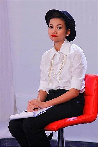 Siêu mẫu Thanh Hằng phụng phịu vì lịch làm việc dày đặc.