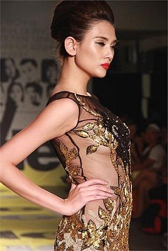 Siêu mẫu Võ Hoàng Yến diện váy ren trong suốt trên sàn catwalk.