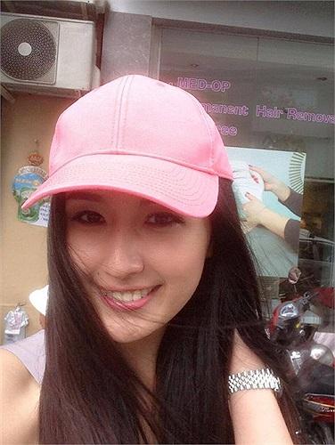 Mai Phương Thúy xinh đẹp với mũ hồng đáng yêu.