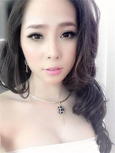 Quỳnh Nga cũng trung thành với phong cách quyến rũ gợi cảm.