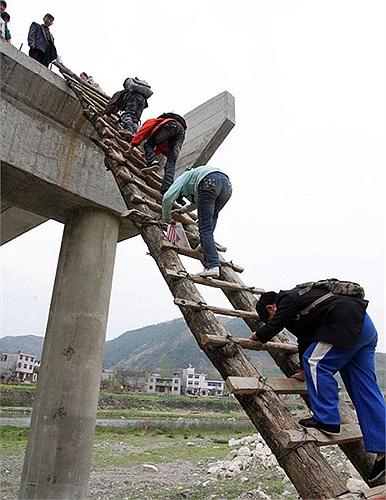 Học sinh ở thị trấn Trúc Lâm (huyện Đan Phượng, Thiểm Tây, Trung Quốc) trèo thang, leo núi đi học