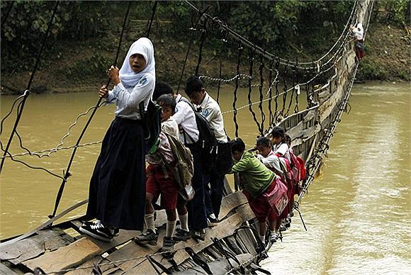 Học sinh đu dây đi học ở ngôi làng Tajung Lebak, Indonesia