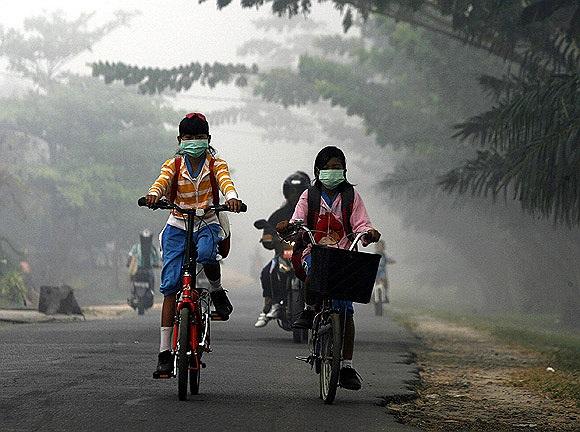 Học sinh đi học trong trận sương mù lịch sử năm 2012 ơ tỉnh Kalimantan, Indonesia