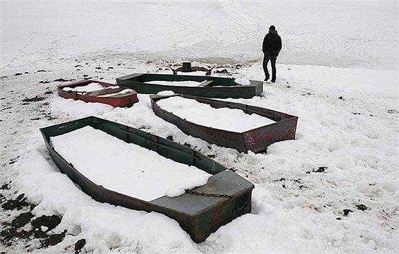 Để đến lớp, một học sinh ở Kosovo phải đi qua hồ Batllava đã bị đóng băng