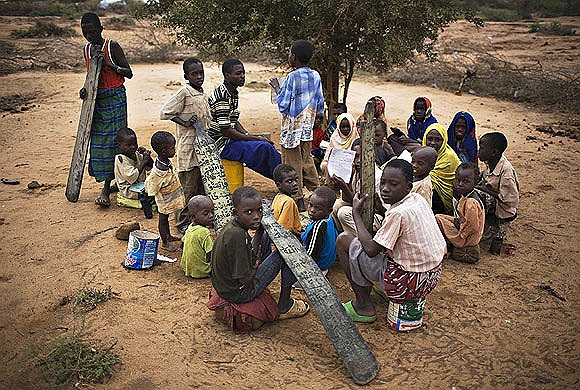 Trẻ em Somali tham dự một lớp học tạm ngoài trời ở trại tị nạn ở tỉnh Đông Bắc Kenya
