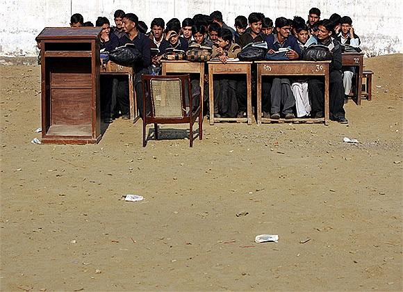Học sinh đi học sau trận động đất ở Pakistan vào tháng 5/2005