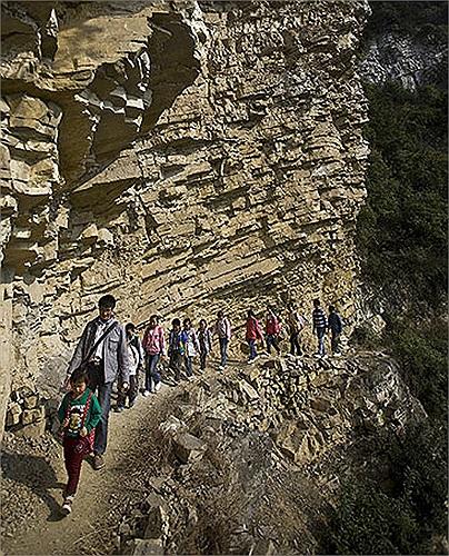 Giáo viên và học sinh trường Tiểu học Banpo, tỉnh Quý Châu, Trung Quốc phải đi qua vách núi cực kì nguy hiểm