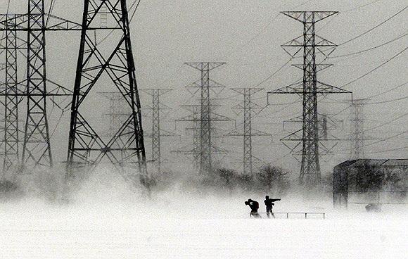 Tới trường bất chấp cơn bão mùa đông ở Pickering, phía đông Toronto, Canada năm 2000