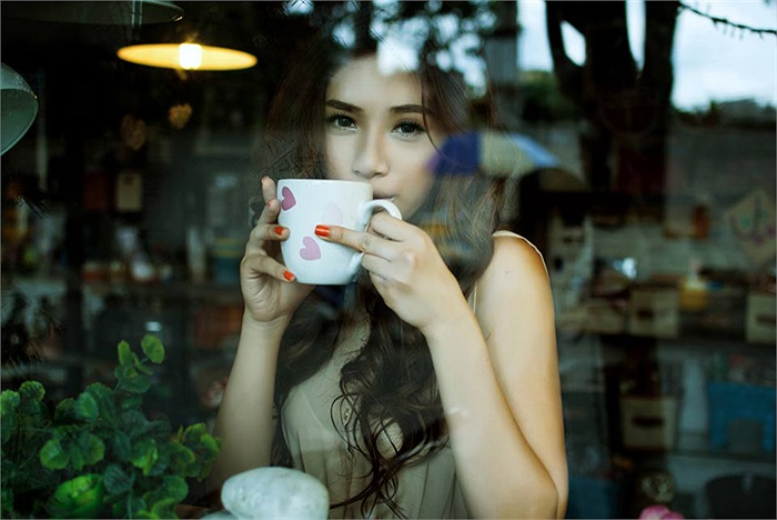 Trong bộ ảnh mới của mình, Hà Minh xuất hiện với vẻ đẹp u buồn trong style cổ điển
